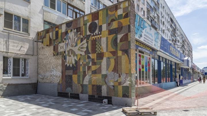 Разрушенную мозаику в Волжском взялись чинить создатели «Волны» у «Волгоград Арены»