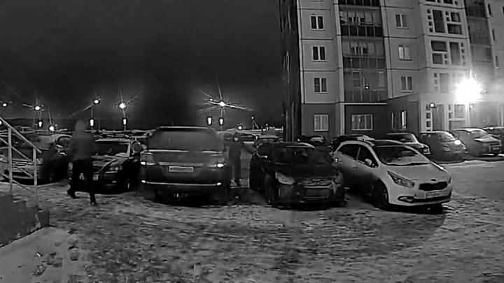 «Разборки времен лихих 90-х»: в спальном микрорайоне Челябинска битами разбили Land Cruiser