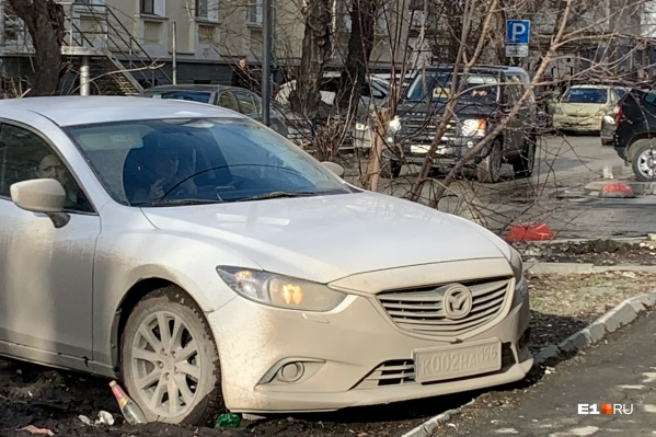 Испачканные автомобили сливаются с грязными газонами