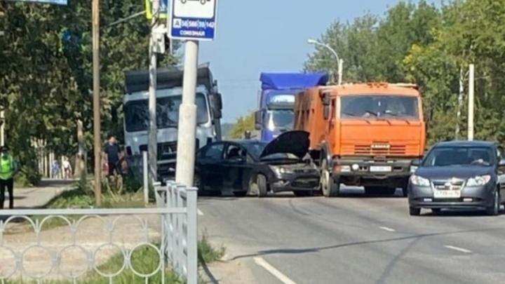 Проспект Космонавтов встал в пробку из-за массового ДТП с грузовиками