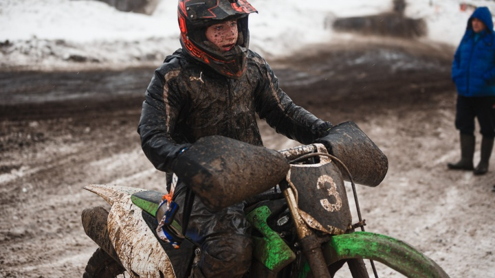 Как из комнаты грязи: 45 крутейших фото с чемпионата по снегоходному кроссу в Кемерово