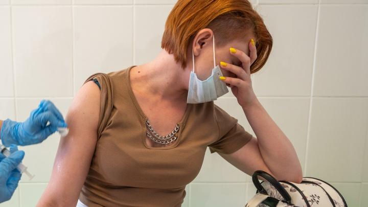«Это насилие»: о чём говорят ростовчане в очередях за прививкой от COVID-19