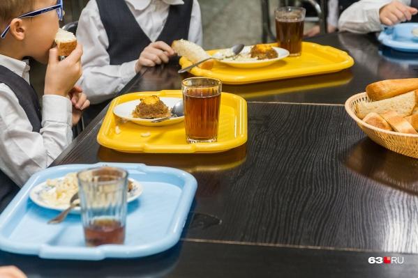 По предварительной информации, дети заразились в школьной столовой
