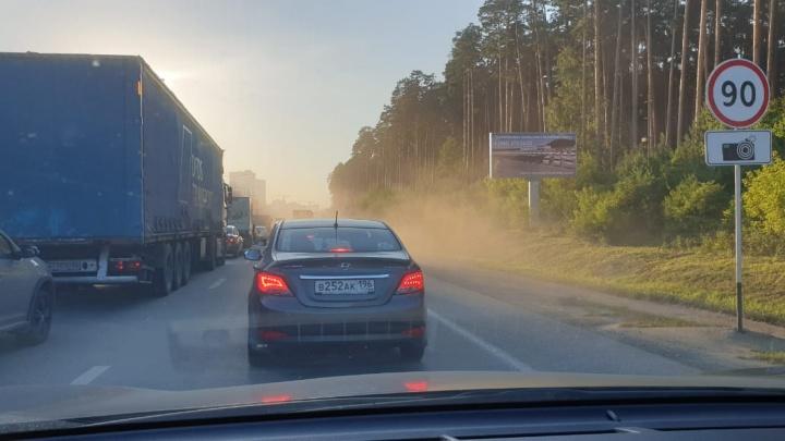«Такая пыль, что солнца почти не видно»: Кольцовский тракт встал в многокилометровую пробку