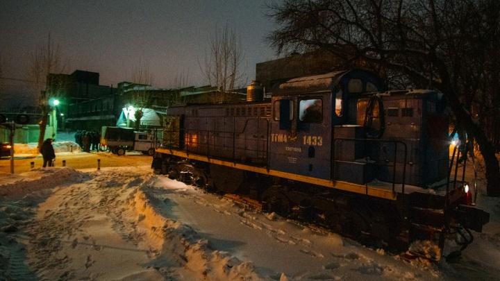 Тепловоз обрушил бетонный забор на прохожих: фоторепортаж с места происшествия