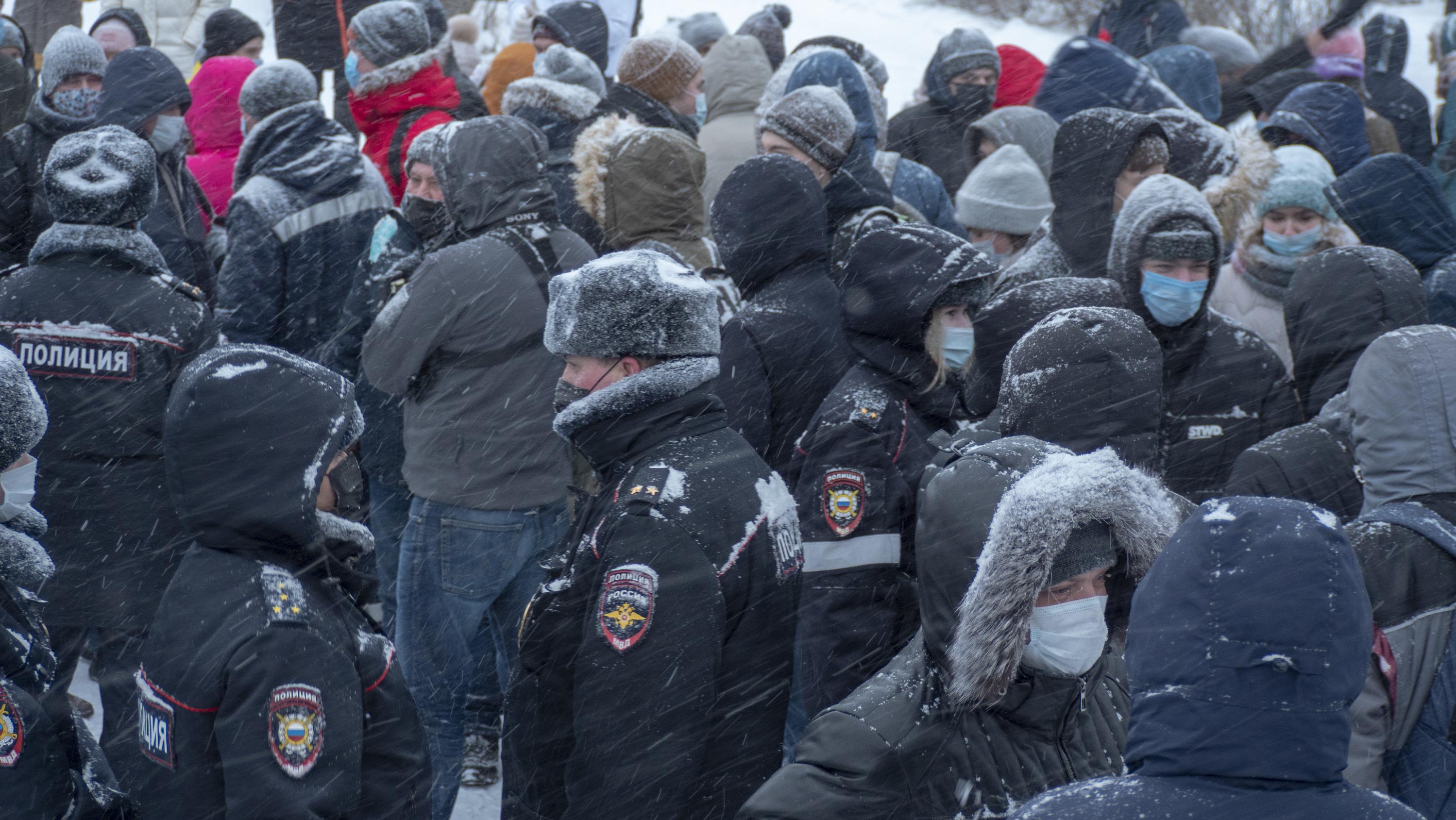 Протестующие хотели пойти на площадь Ленина, но в итоге остались у Вечного огня