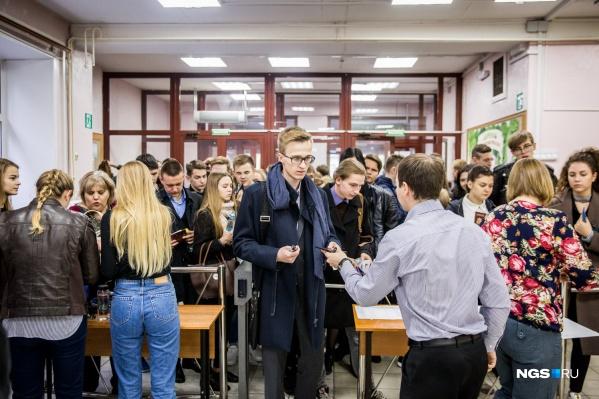 По закону во всех школах России должны быть тревожные кнопки и рамки металлоискателей, но насколько хорошо они работают — неизвестно