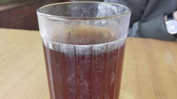 В омской школе детям выдали чай в заляпанных стаканах. Туда приехали с проверкой от Минобра
