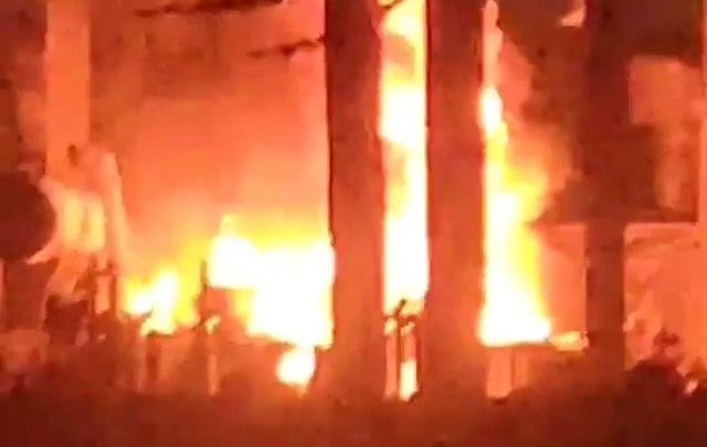 Нехило бабахнуло, пламя выше деревьев: в Волжском взорвалась и загорелась подстанция подшипникового завода