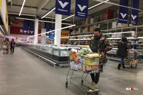 Инспекторы проверили, как в магазине хранили продукты