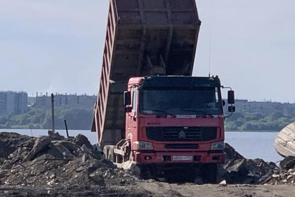 В министерстве считают, что к озеру вывезли не грунт, а самый настоящий мусор