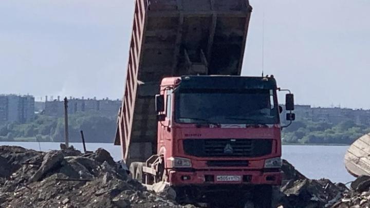 Свалка, а не прогулочная зона: вывозом мусора на берег Первого озера заинтересовались в Минэкологии