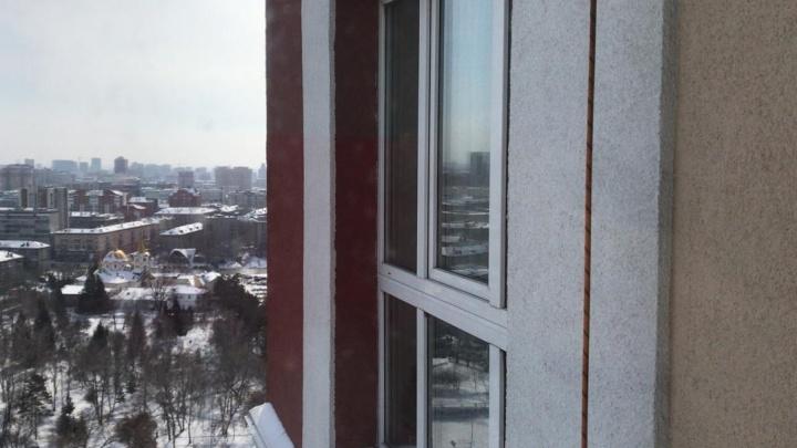 В Новосибирске альпинист сорвался с 15-гоэтажа, когда чистил снег
