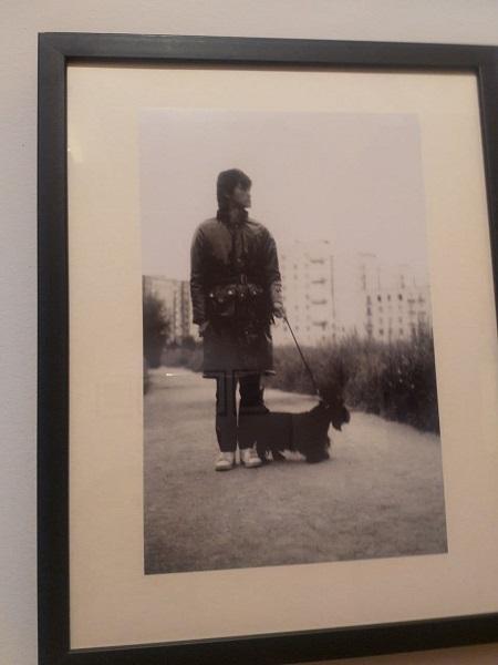 Фотография Дмитрия Конрадта «Виктор Цой и скотч-терьер Билл на прогулке». 1985