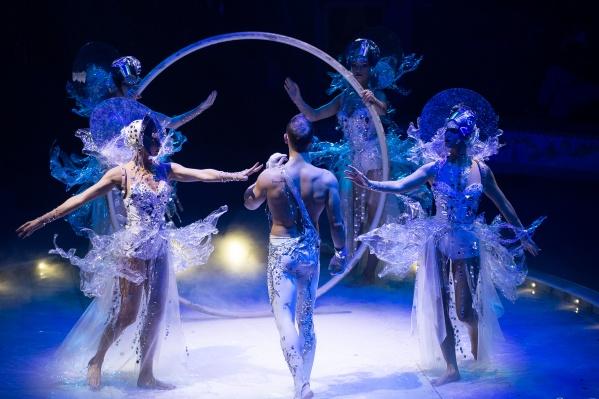 «Бурлеск» — это не просто цирковое представление, а волшебное смешение жанров и драматургии, филигранная дрессура, невероятные трюки, поражающие воображение технические декорации и костюмы, от которых невозможно оторвать глаз