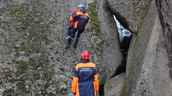 Две девушки с парнем оказались в ловушке на залитой скале Такмак