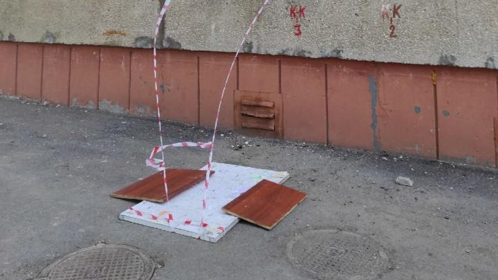 В Уфе дети прыгают через дыру в асфальте. Коммунальщики закрыли ее досками, но это не помогло