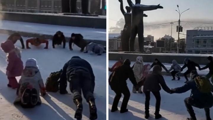Новосибирцы устроили групповую зарядку на площади Ленина 1января— мороз их не напугал