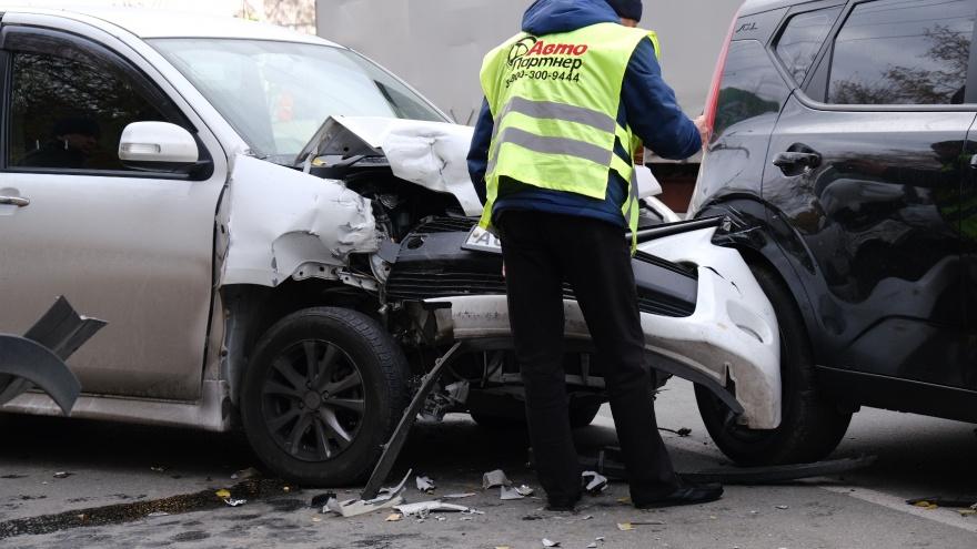 В Челябинске авария с участием трех машин заблокировала движение по оживленной дороге