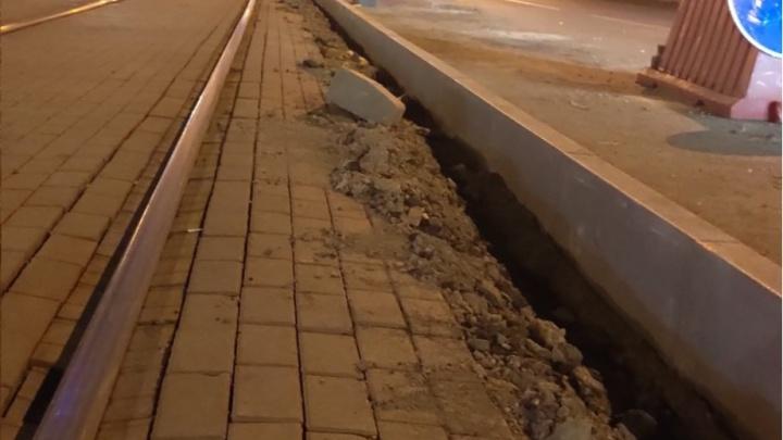 В Челябинске начали устанавливать бордюры вдоль трамвайных путей