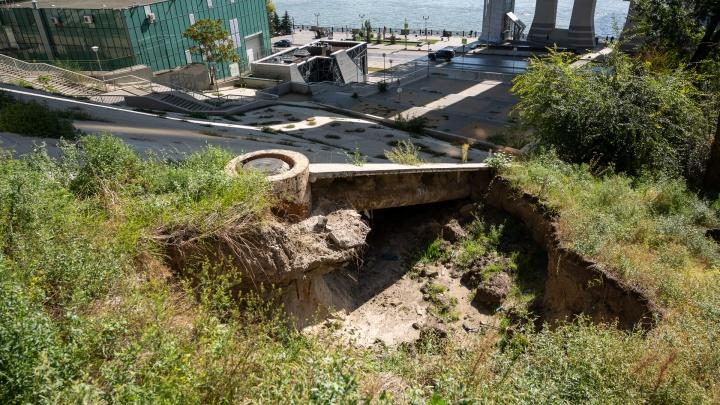 В Ростове оползень разрушил склон у опоры Ворошиловского моста. Насколько это опасно?