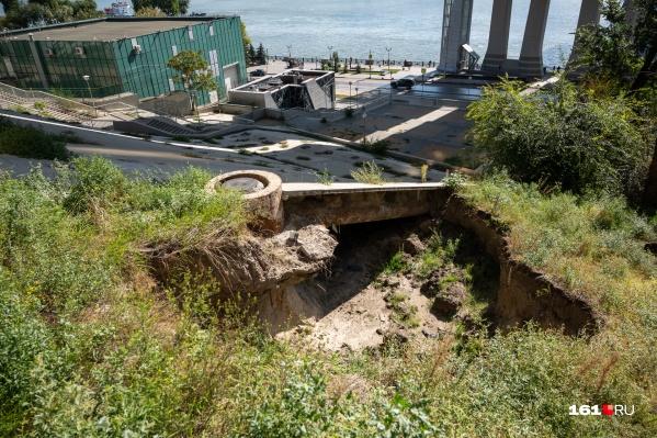 Землю вымыло даже под бетонным скатом