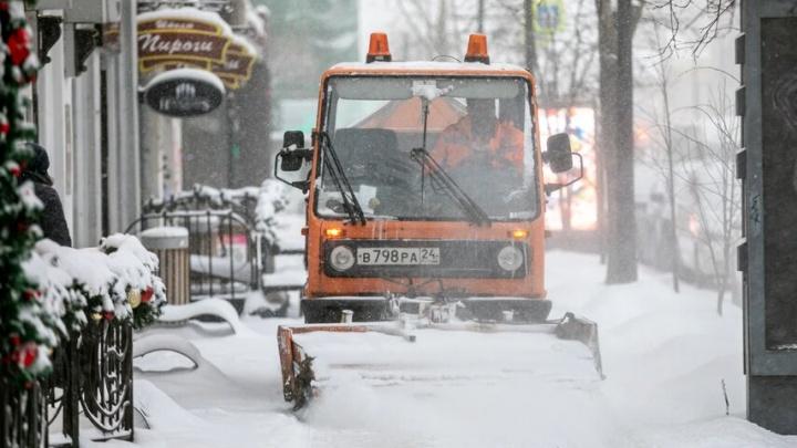 Заваленный снегом Красноярск встал в 8-балльные пробки