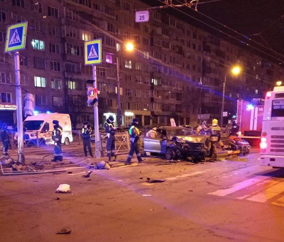 «Страшная картина»: в Купчино после ДТП дорогу засыпало обломками машин, ограждения и светофора