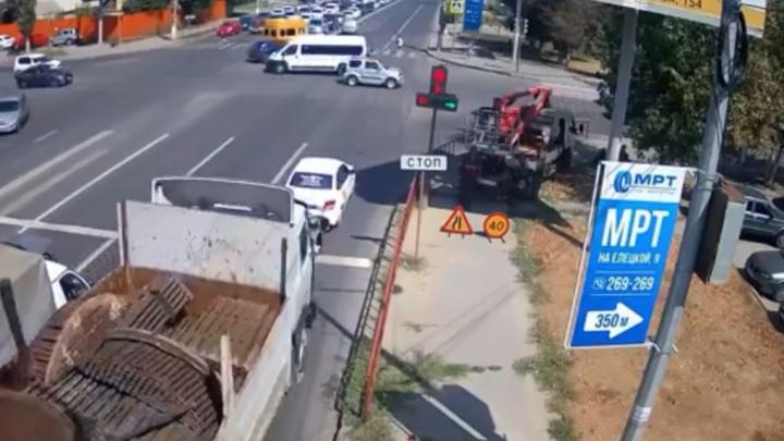 Грузовик с арматурой снес две легковушки на оживленном перекрестке Волгограда