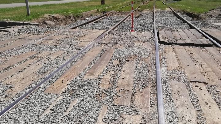Нет времени на раскачку: в Челябинске сорвали сроки ремонта трамвайного переезда на оживленном перекрестке