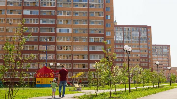 За что так любят «Дивногорский»: остановка рядом с домами, зеленые газоны и много парковок