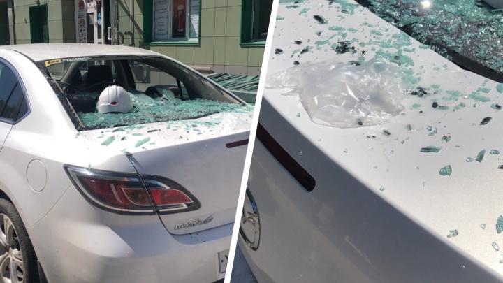 В Новосибирске дети скинули пакет с водой на припаркованный автомобиль