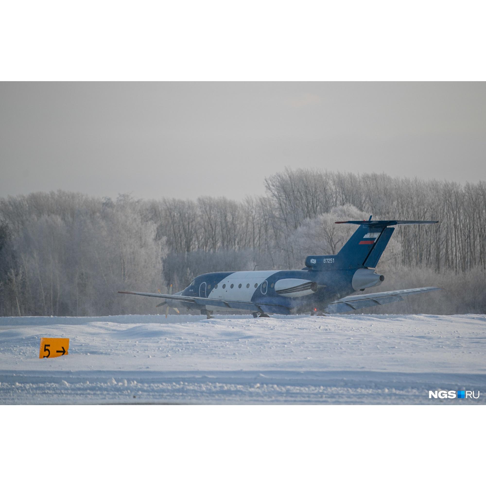 Самолет с включенным питанием электродвигателя на взлетно-посадочной полосе