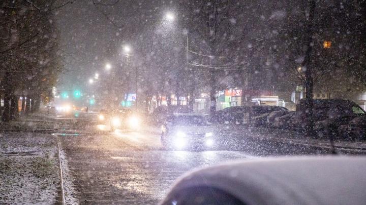 За час намело сугробы: первый снег напомнил ярославцам, что зима близко