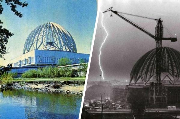 Слева фотография цирка на карманном календарике. А справа — снимок 1979 года, строительство купола здания