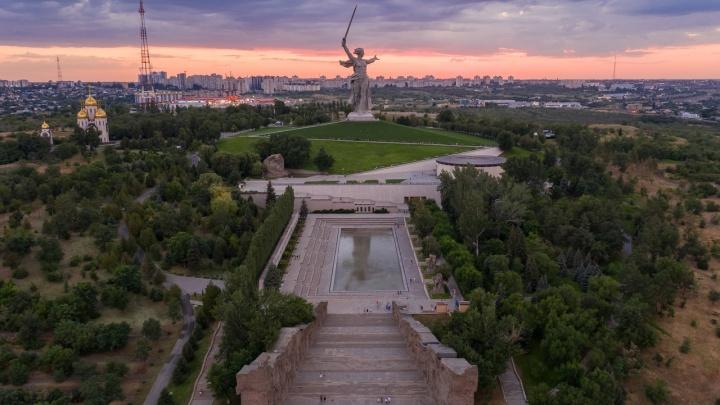 Мечом пронзая тучи: волгоградский фотограф снял потрясающий по красоте закат над Мамаевым курганом