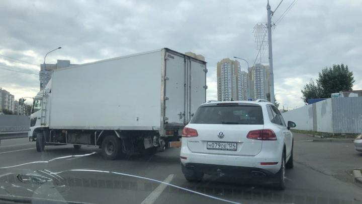 «Рванул в крайний левый ряд»: мелкое ДТП с грузовиком закупорило улицу Шахтеров