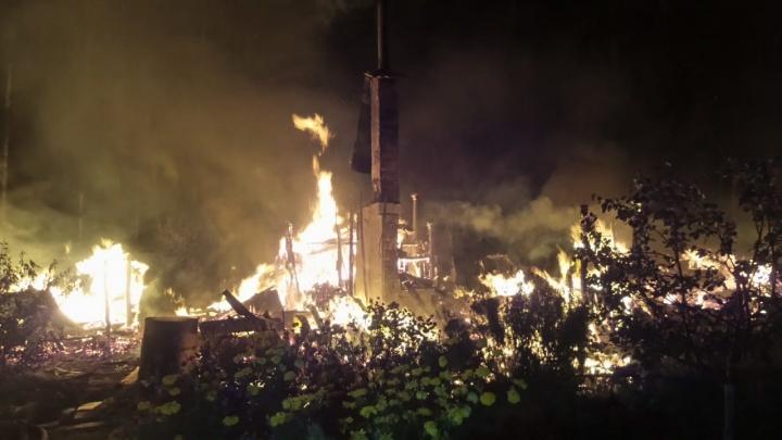 За ночь под Екатеринбургом произошли пожары в трех СНТ. Возможно, два из них — поджоги