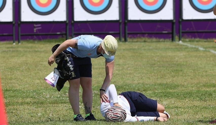 «Повернулись — смотрим, кто-то лежит»: российская лучница потеряла сознание на Олимпиаде