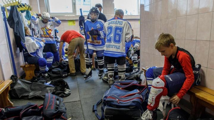 «Все началось после смены директора»: в Волгограде родители хоккеистов рассказали о навязывании платных услуг в спортивной школе