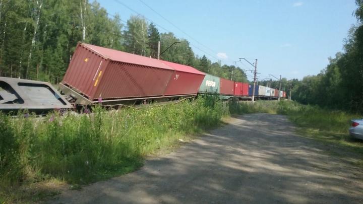 Под Екатеринбургом грузовой поезд сошел с рельсов: видео