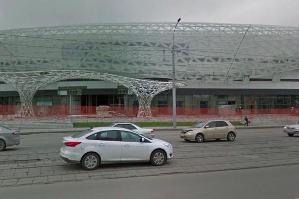 Начать экскурсию по улице Богдана Хмельницкого для зрителей молодежного чемпионата мира по хоккею Алексей Понедельченко предлагает с этого необычного здания недостроенного торгового центра