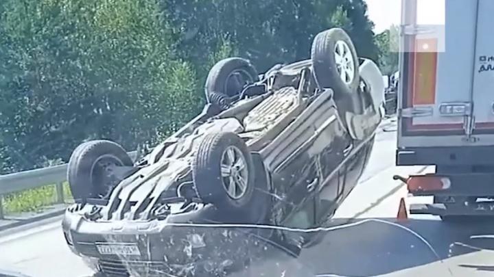 Момент смертельного ДТП с тремя машинами на трассе М-5 в Челябинской области попал на видео