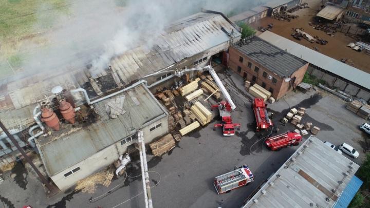 Спасатель упал с высоты восьми метров на пожаре в Старом Кировске