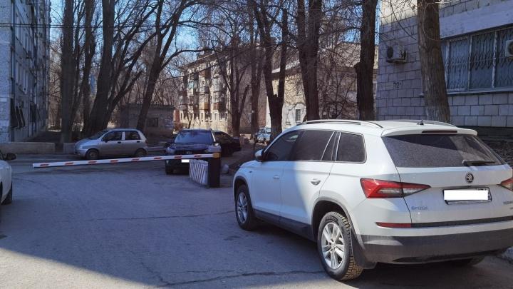 Чиновники Волгограда обнаружили самовольно поставленный шлагбаум у Кировского районного суда