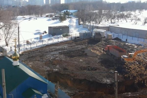 Площадку под строительство уже огородили
