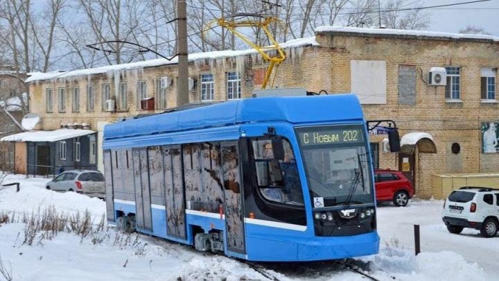 Теперь синенький: в Челябинск пригнали новый низкопольный трамвай, но опять ненадолго