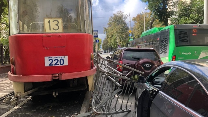 Инцидент с трамваем, вспахавшим асфальт на проспекте Ленина, записала наружная камера