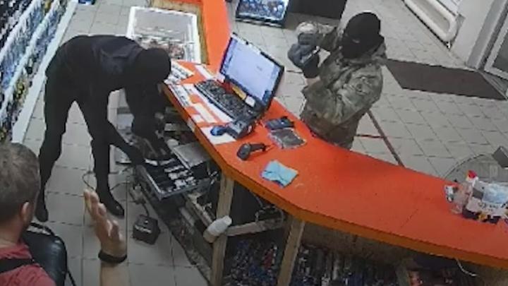 В Челябинске двое мужчин с пистолетом и в балаклавах обчистили алкомаркет