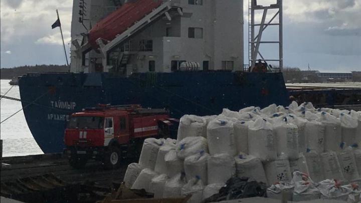 В Архангельске потушили пожар на судне «Таймыр»: обошлось без жертв